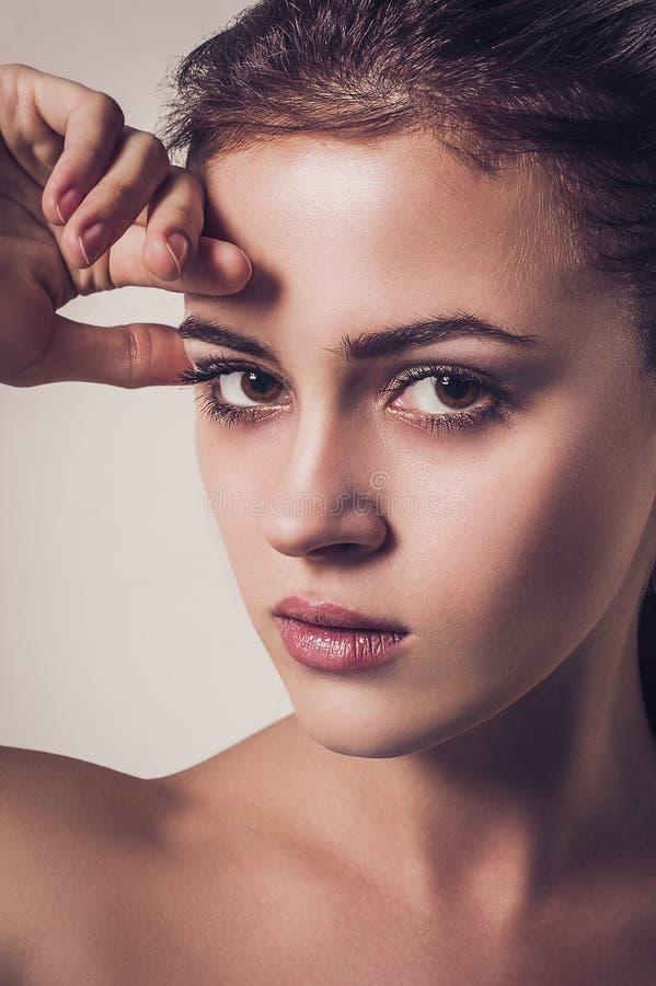 Retrato da forma do encanto da mulher atrativa nova com olhar fixo sexual fotos de stock royalty free