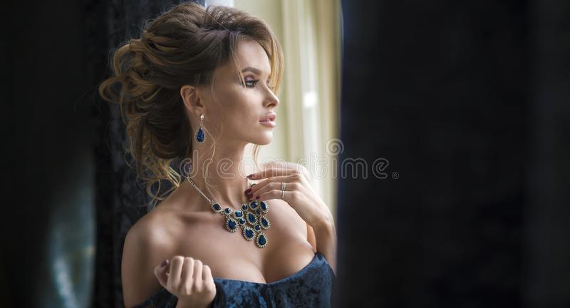 Retrato da forma da forma elevada look retrato do close up do encanto do modelo caucasiano à moda 'sexy' bonito da jovem mulher c fotografia de stock