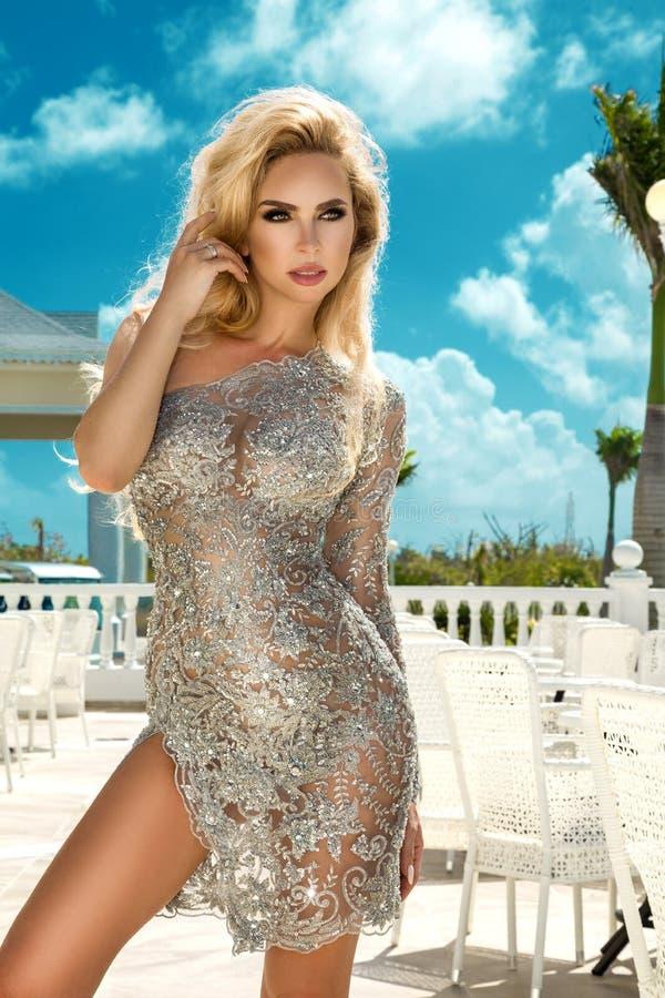 Retrato da forma da forma elevada look menina modelo loura bonito nova bonita 'sexy' à moda do encanto no vestido elegante brilha fotografia de stock