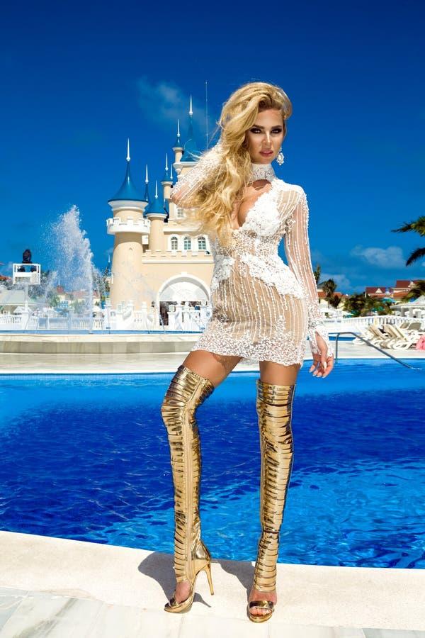 Retrato da forma da forma elevada look menina modelo loura nova bonita 'sexy' ? moda do encanto no vestido brilhante e elegante d fotos de stock