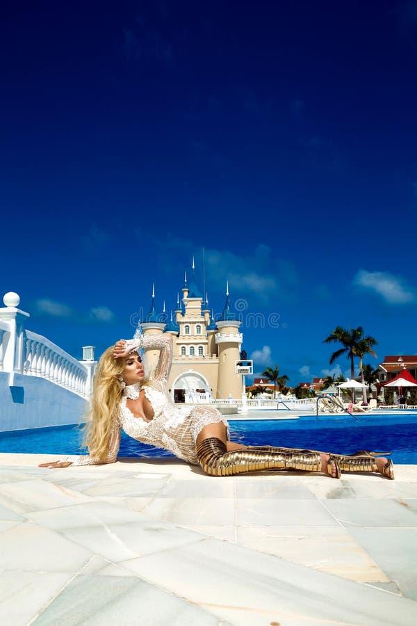 Retrato da forma da forma elevada look menina modelo loura nova bonita 'sexy' ? moda do encanto no vestido brilhante e elegante d fotos de stock royalty free