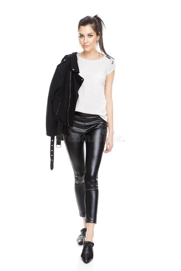 Retrato da forma da forma elevada look modelo bonito à moda da jovem mulher do encanto com revestimento preto fotos de stock
