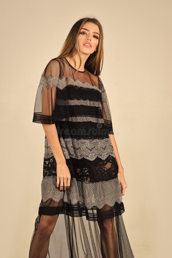 Retrato da forma da jovem mulher bonita em um vestido do verão fotos de stock royalty free