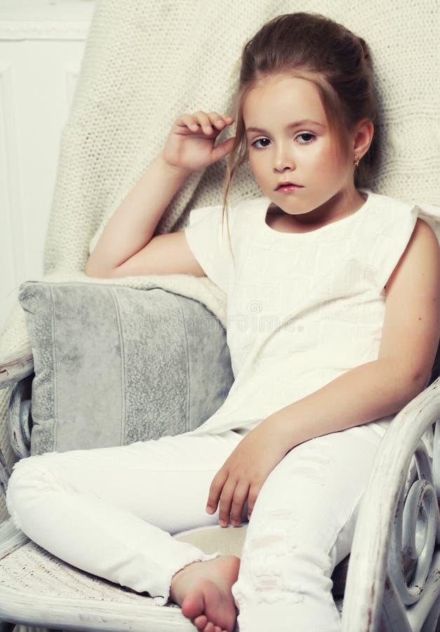 Retrato da forma da menina Assento modelo da criança na cadeira fotos de stock royalty free