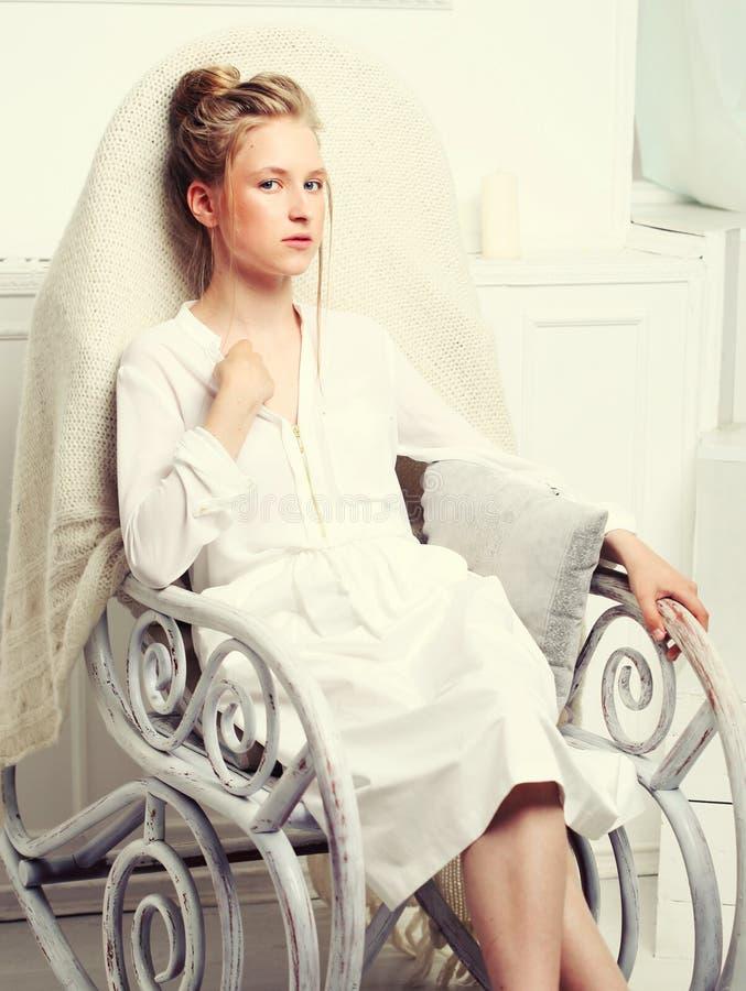 Retrato da forma da menina Assento modelo da crian?a na cadeira imagem de stock