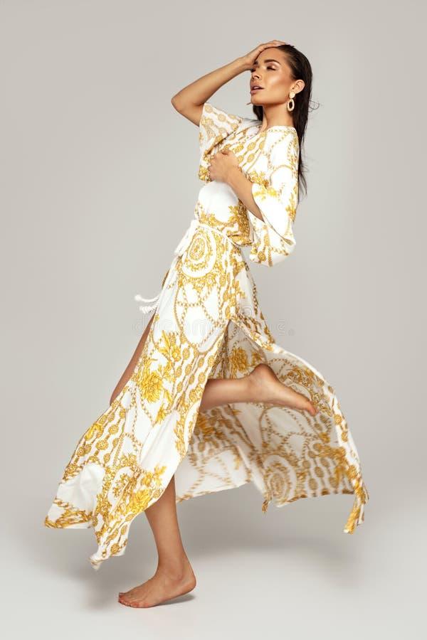 Retrato da forma da mulher elegante fotografia de stock royalty free