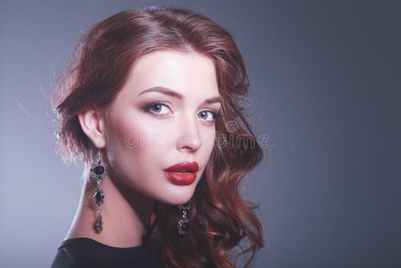 Retrato da forma da mulher luxuosa com j?ia imagens de stock