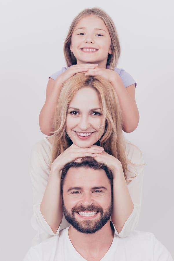 Retrato da foto de família de três Pais e filha loura pequena fotografia de stock