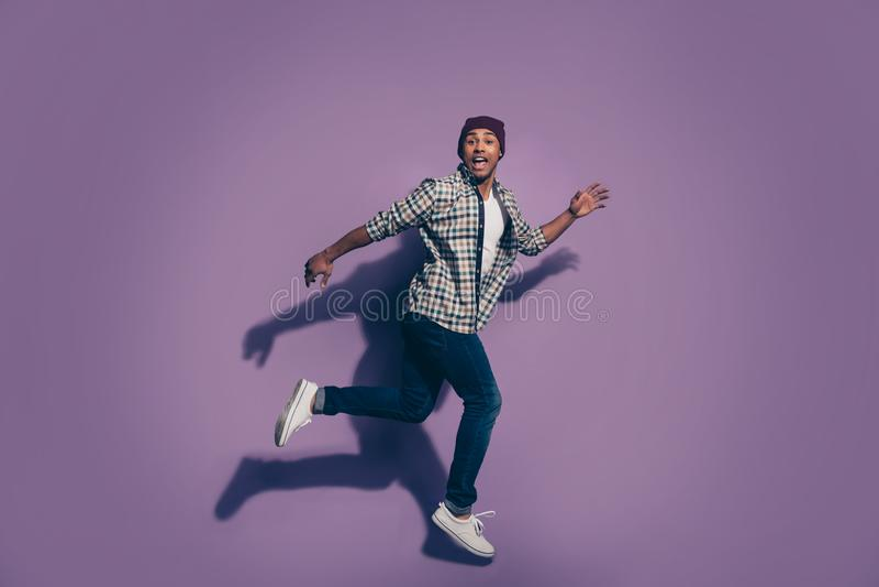 Retrato da foto do tamanho de corpo do comprimento de Ful de entusiasmado alegre no estudante branco do indivíduo das sapatilhas imagem de stock royalty free