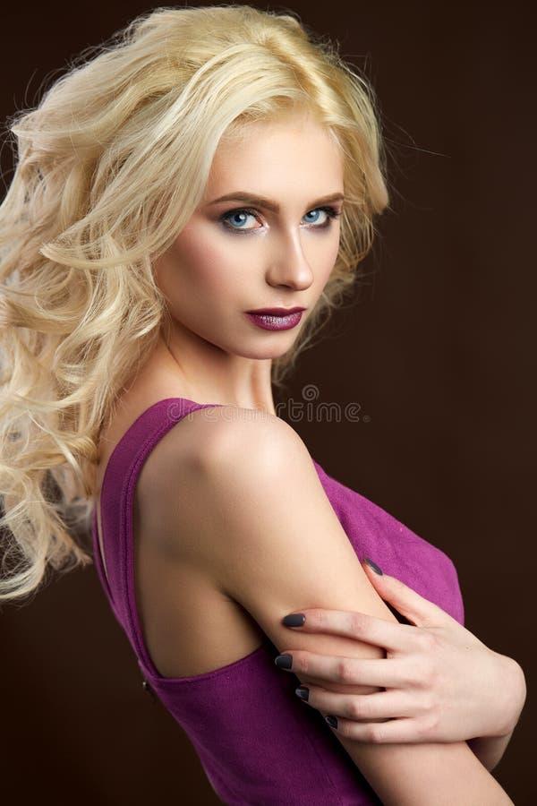 Retrato da foto loura nova bonita da forma da menina imagem de stock