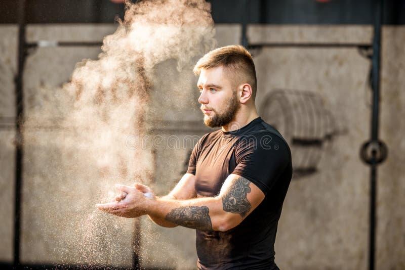 Retrato da ginasta do homem imagens de stock