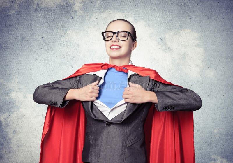 Retrato da heroína super da mulher de negócio imagens de stock royalty free