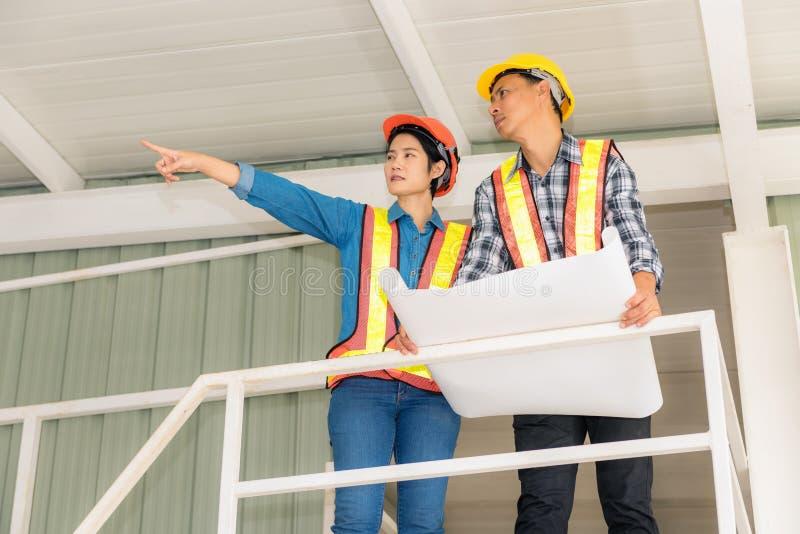 Retrato da inspeção do coordenador e dos trabalhos de equipa da construção, Indoo imagem de stock royalty free