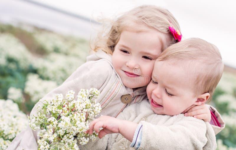 Retrato da irmã mais nova e de seu irmão da criança imagens de stock