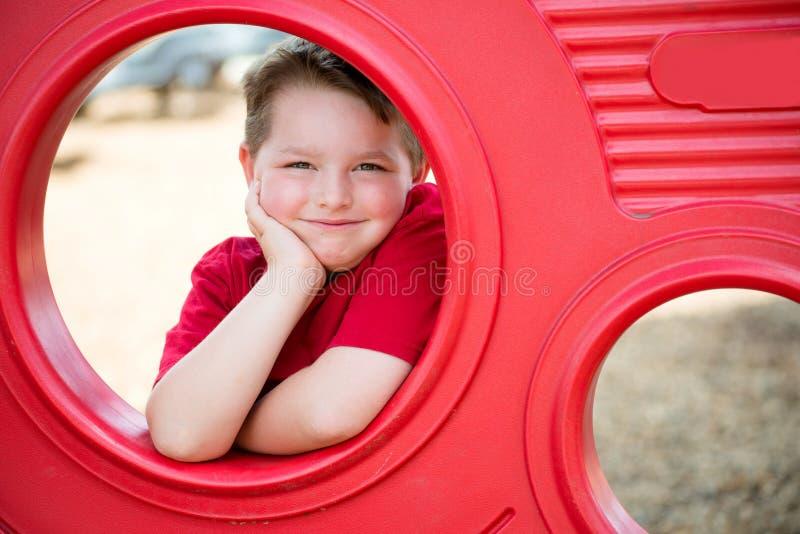 Retrato da jovem criança no campo de jogos foto de stock royalty free