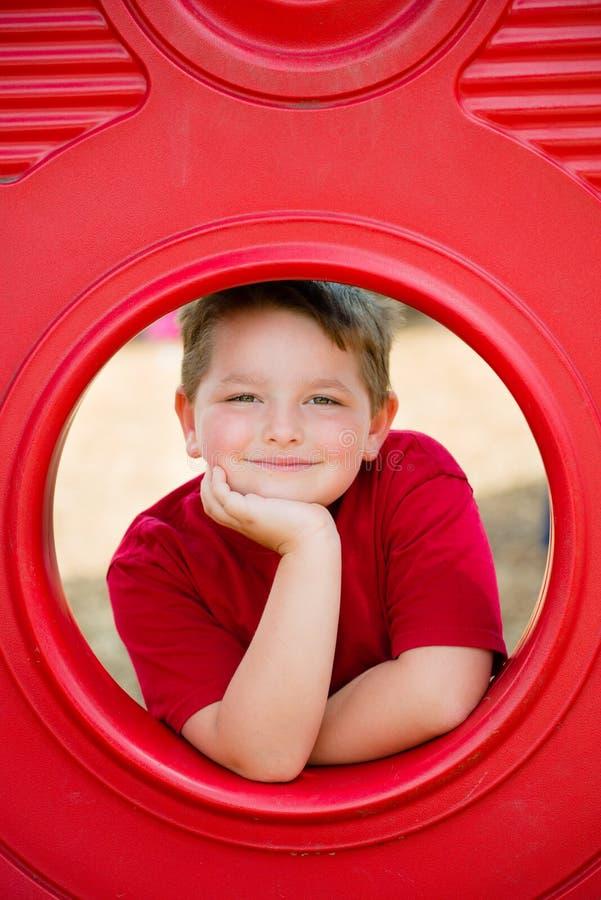 Retrato da jovem criança no campo de jogos imagem de stock