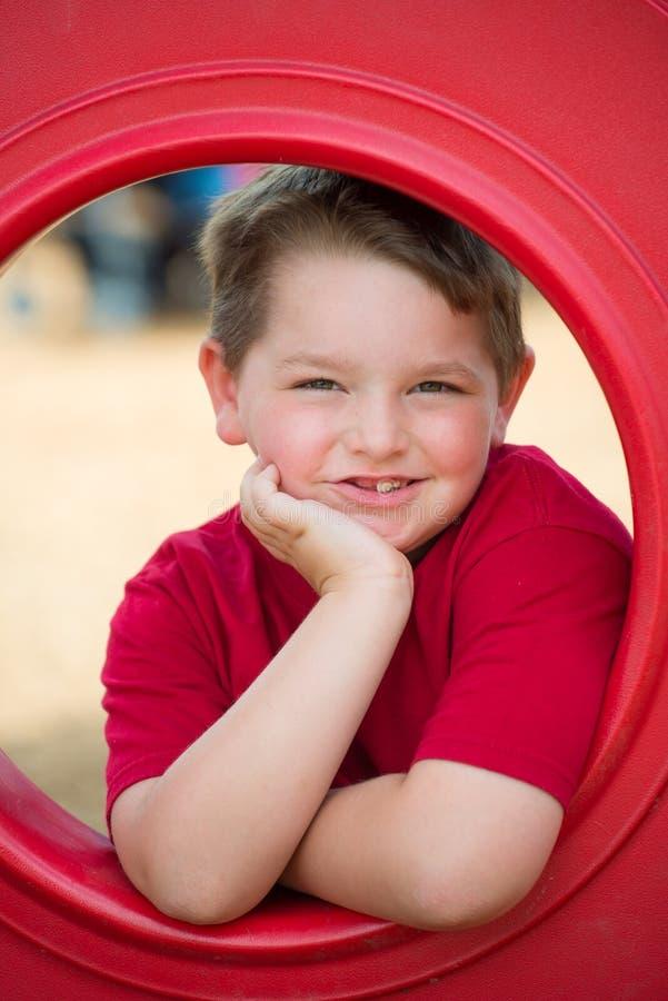 Retrato da jovem criança no campo de jogos fotografia de stock