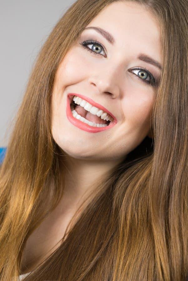 Retrato da jovem mulher alegre bonita imagens de stock