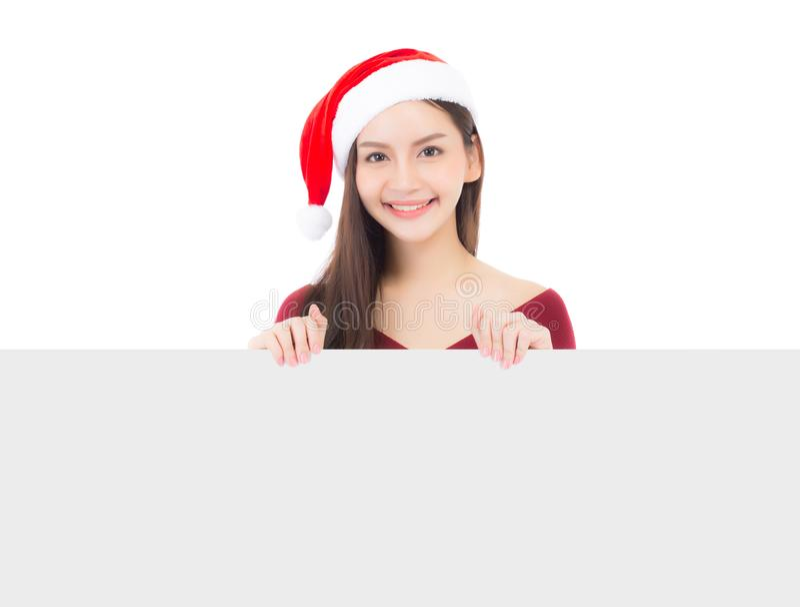 Retrato da jovem mulher asiática do Natal bonito no chapéu de Santa que guarda a placa imagens de stock royalty free