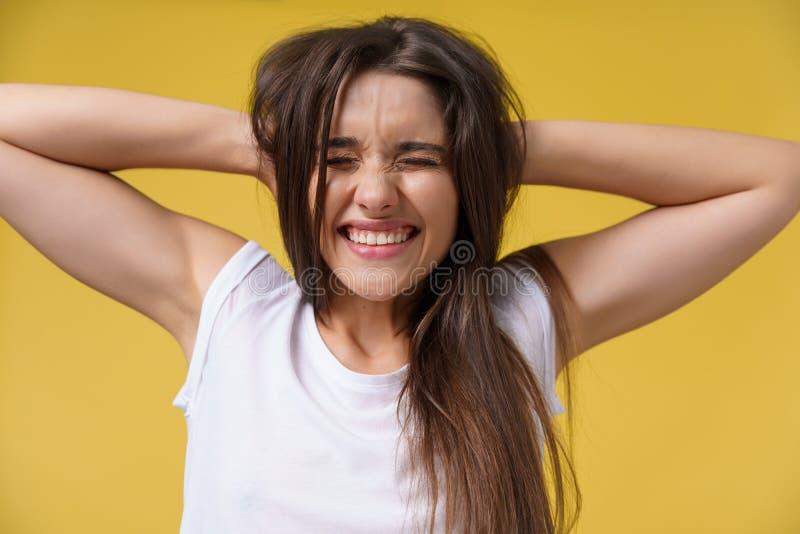 Retrato da jovem mulher assustado chocada em más notícias brancas ocasionais da audição da camisa com emoção repugnante em sua ca fotos de stock