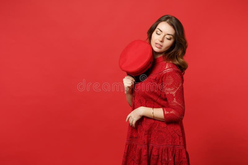 Retrato da jovem mulher atrativa macia no tampão da terra arrendada do vestido do laço e da vista abaixo do isolado na parede ver imagens de stock royalty free