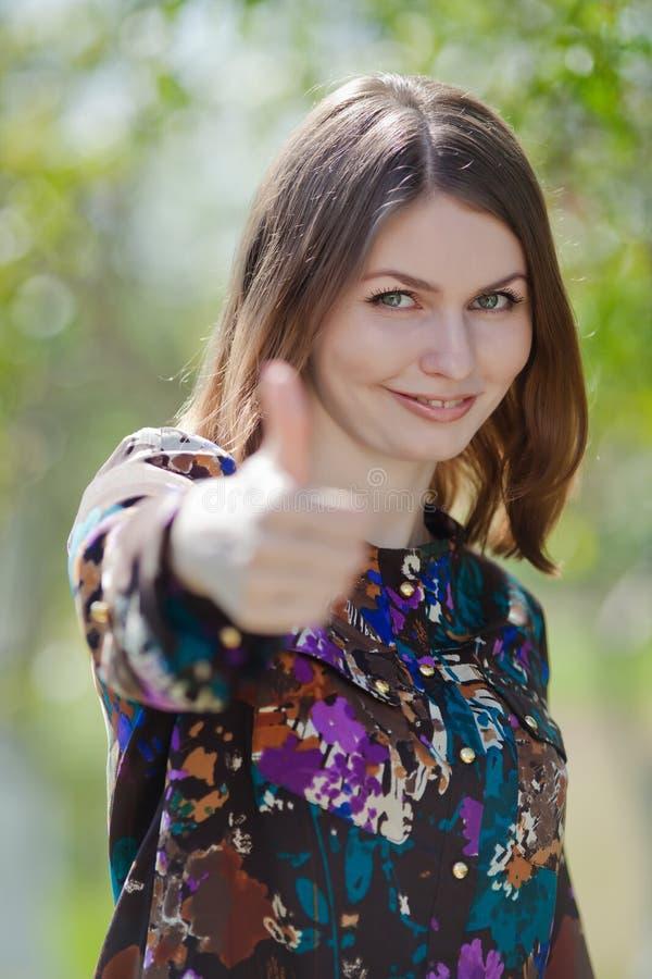 Retrato da jovem mulher atrativa no ar livre fotografia de stock