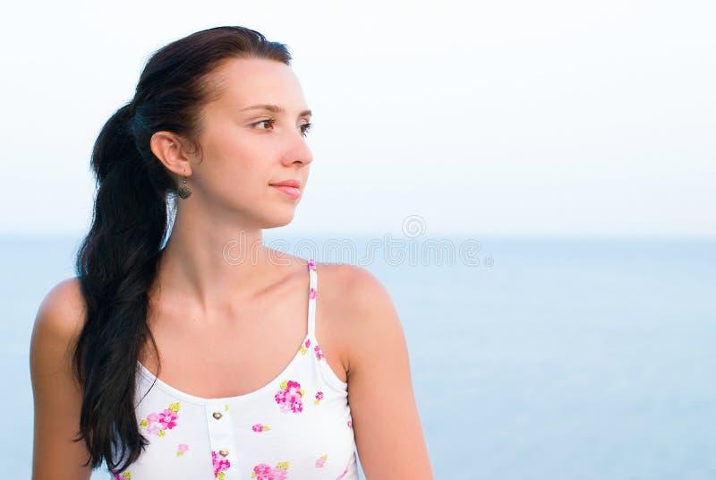 Retrato da jovem mulher bonita - beleza e conceito da forma fotografia de stock royalty free