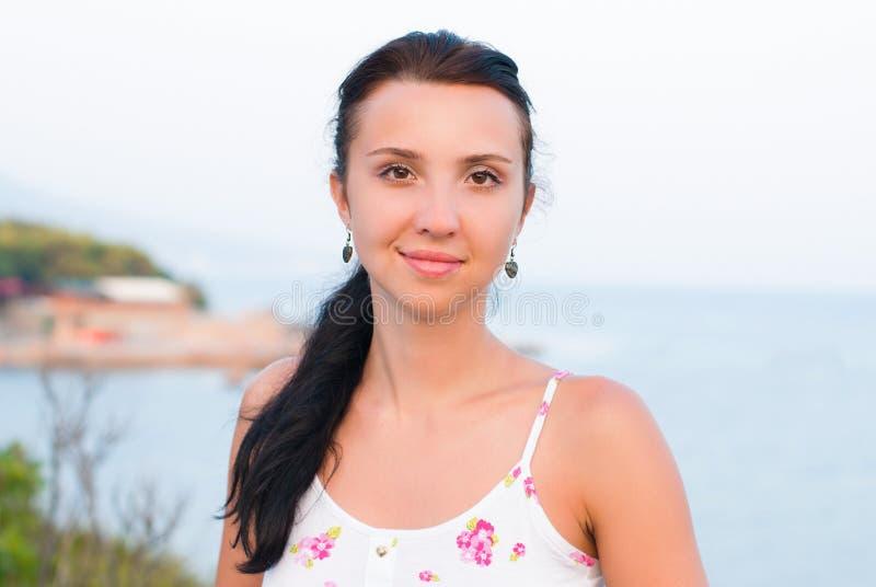 Retrato da jovem mulher bonita - beleza e conceito da forma fotografia de stock