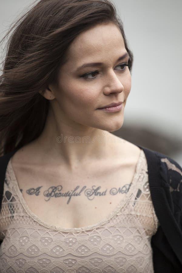Retrato da jovem mulher bonita com cabelo de Brown imagem de stock