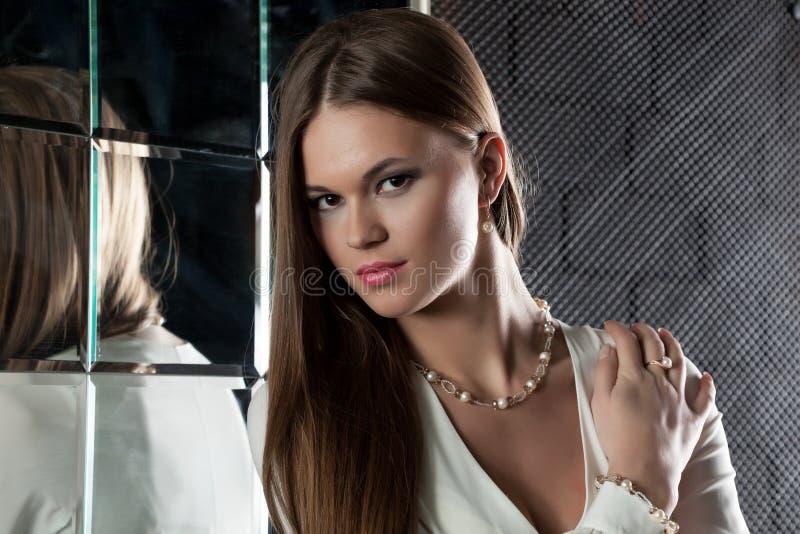 Retrato da jovem mulher bonita com cabelo longo fotografia de stock