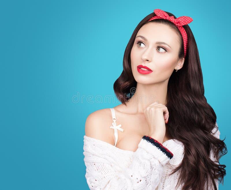 Retrato da jovem mulher bonita com cabelo ondulado escuro em uma camiseta feita malha branca Composição e bordos vermelhos brilha imagem de stock royalty free