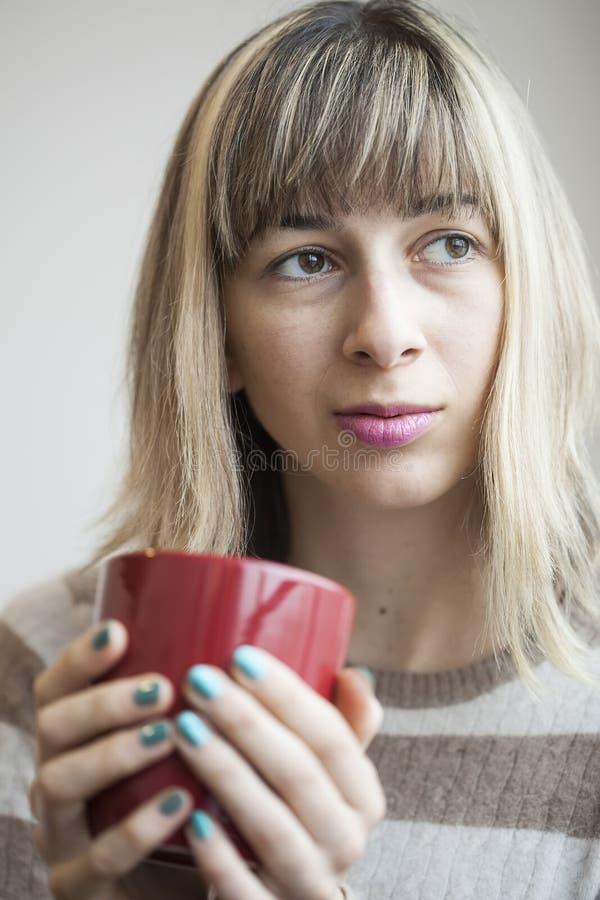 Retrato da jovem mulher bonita com café bebendo foto de stock royalty free