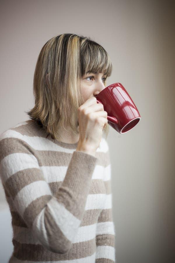 Retrato da jovem mulher bonita com café bebendo fotos de stock royalty free
