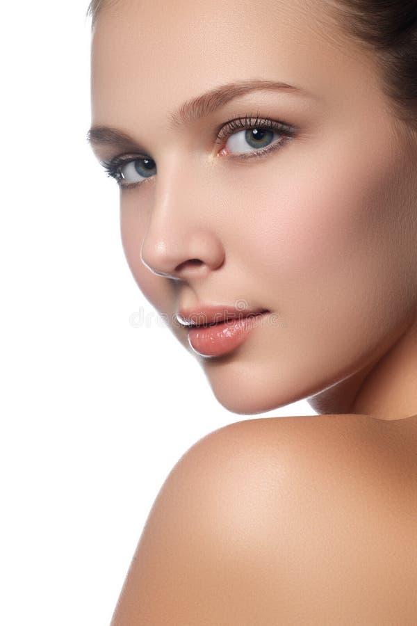 Retrato da jovem mulher bonita com cara limpa Chave elevada imagens de stock