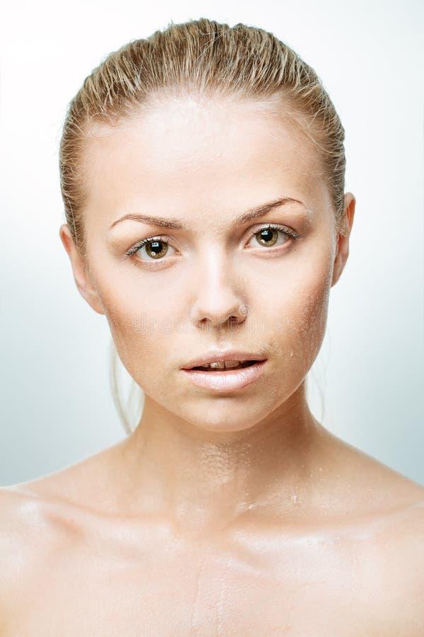 Retrato da jovem mulher bonita com gotas da água imagem de stock