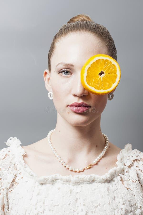 Retrato da jovem mulher bonita com laranjas fotografia de stock royalty free