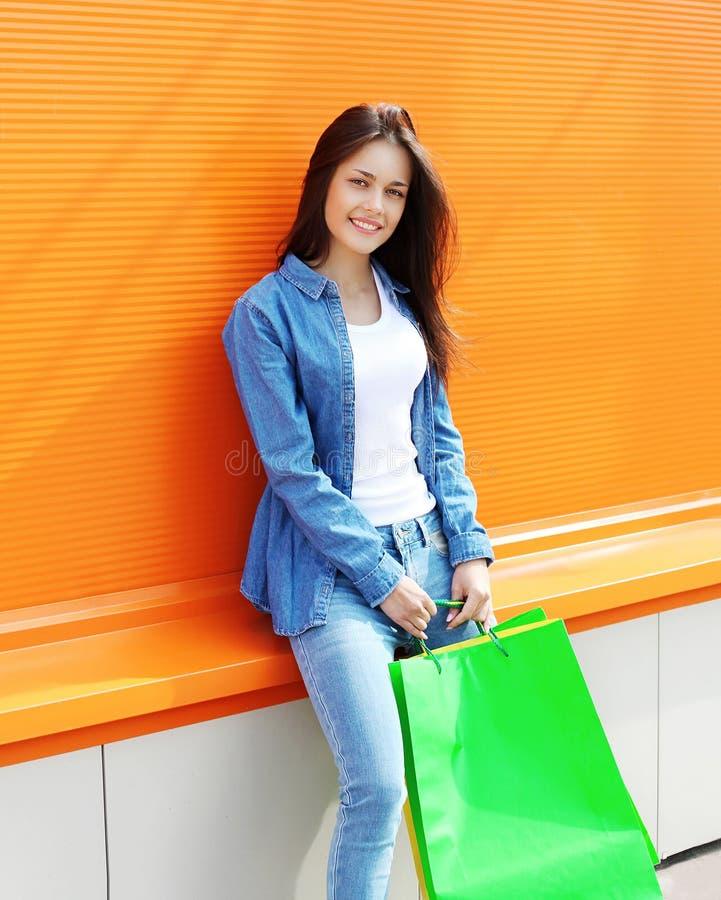 Retrato da jovem mulher bonita com sacos de compras foto de stock