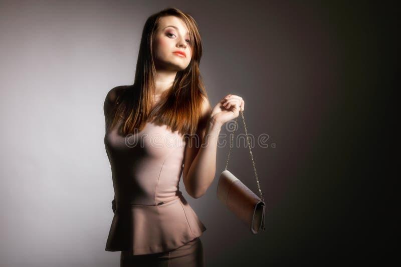 Jovem mulher bonita com bolsa. imagem de stock royalty free