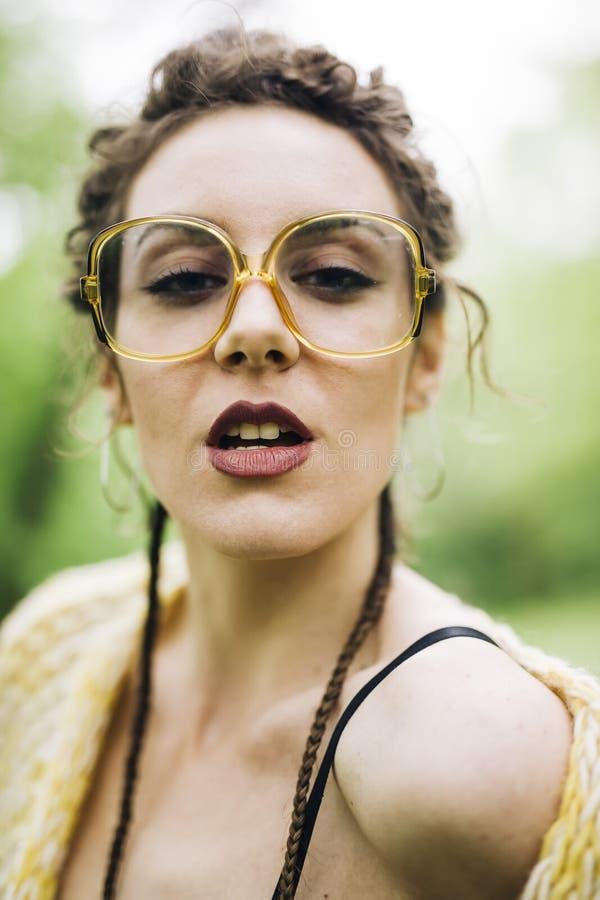 Retrato da jovem mulher bonita com vidros fotos de stock