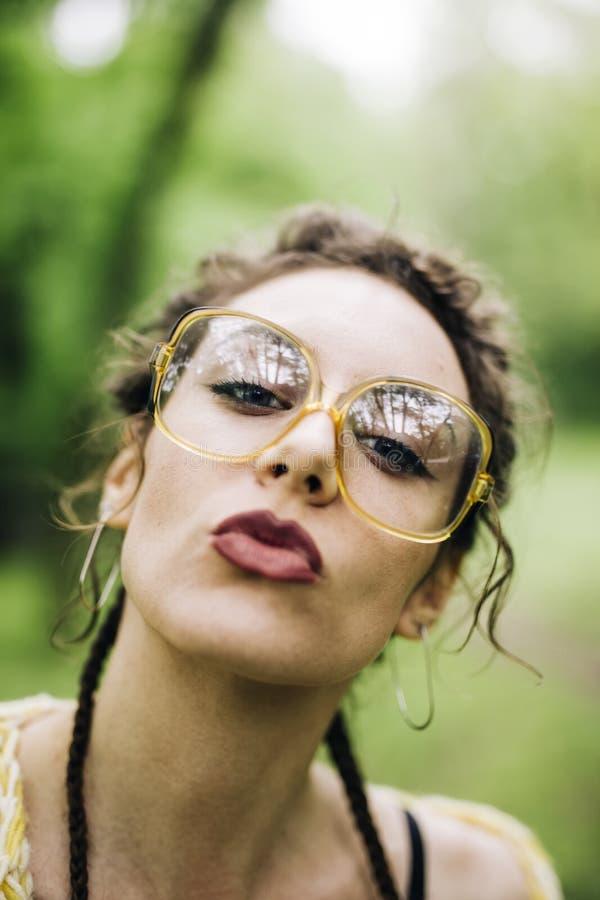 Retrato da jovem mulher bonita com vidros fotografia de stock royalty free