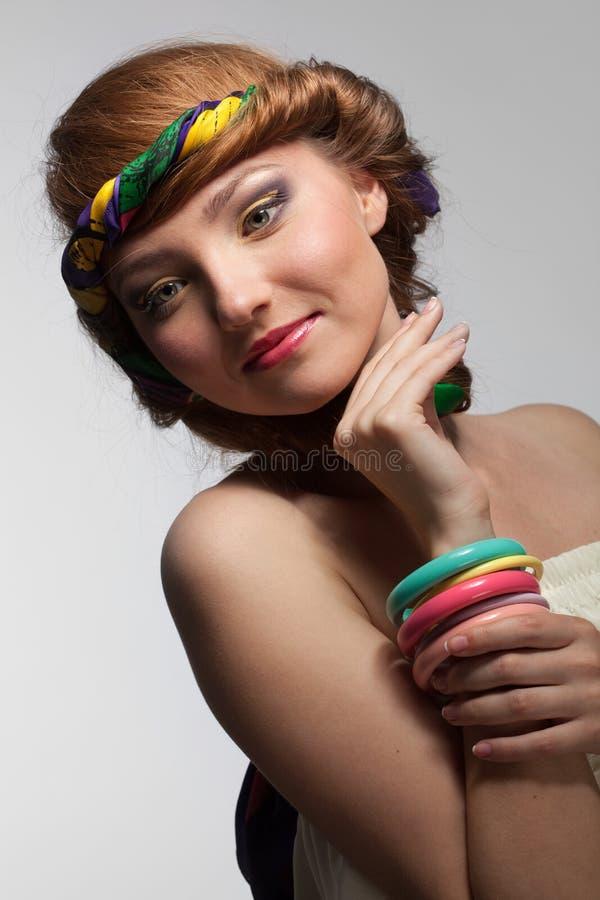 Retrato da jovem mulher bonita de sorriso imagem de stock