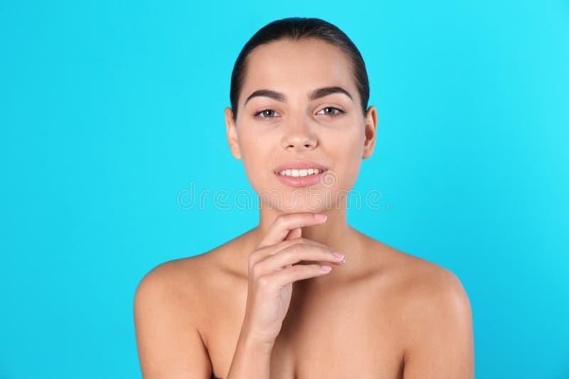 Retrato da jovem mulher bonita no fundo da cor fotografia de stock royalty free