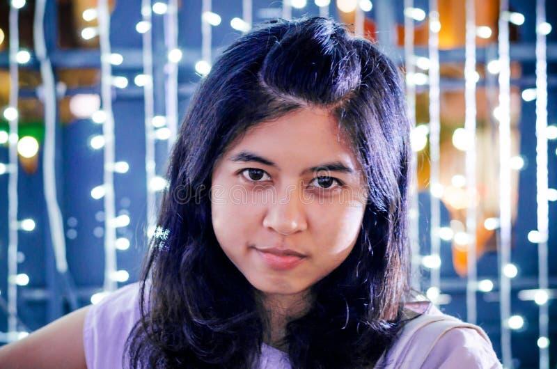 Retrato da jovem mulher bonita no fundo das luzes imagem de stock royalty free