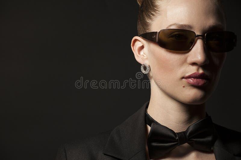 Retrato da jovem mulher bonita nos óculos de sol com borboleta foto de stock