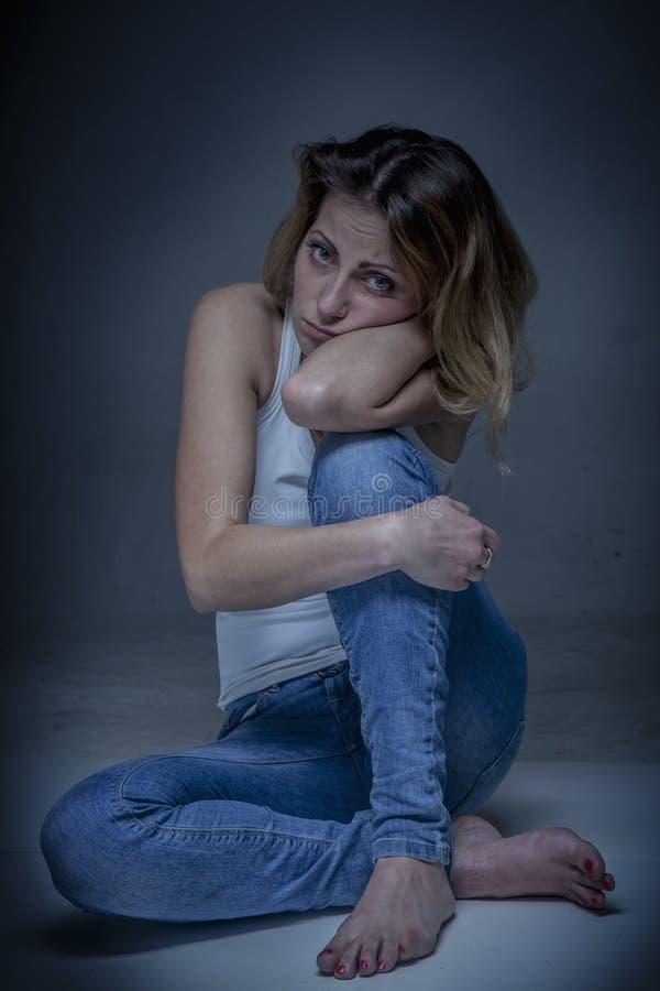 Retrato da jovem mulher bonita nova triste como um símbolo da solidão e da dor Linguagem corporal, gestos, conceito da psicologia imagens de stock royalty free