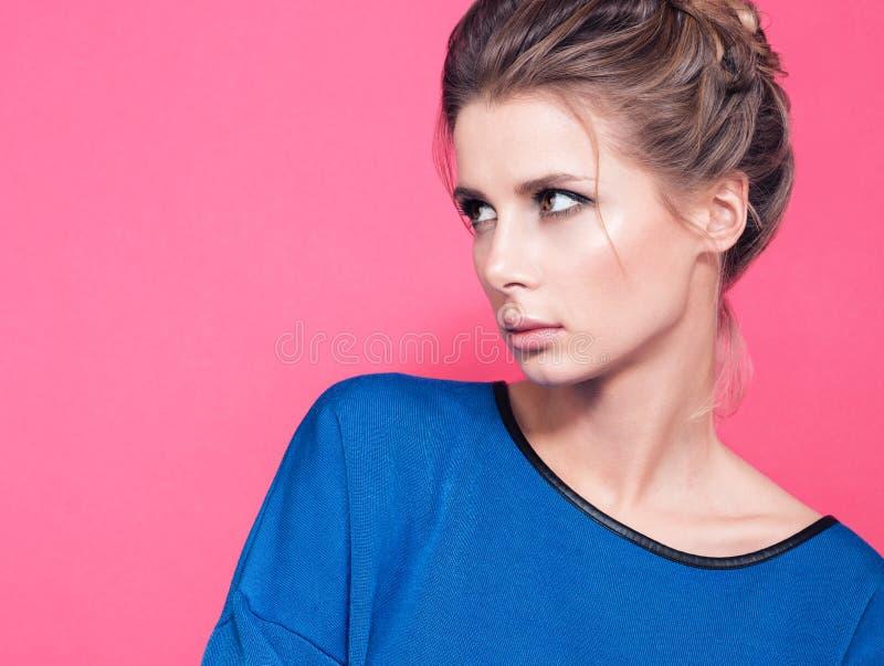 Retrato da jovem mulher bonita que olha ao lado Para escolher algo fotografia de stock royalty free