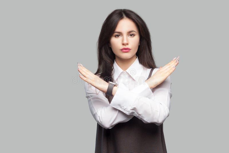 Retrato da jovem mulher bonita séria na camisa branca e do avental marrom com composição e posição moreno do cabelo e mostrar o s imagens de stock royalty free