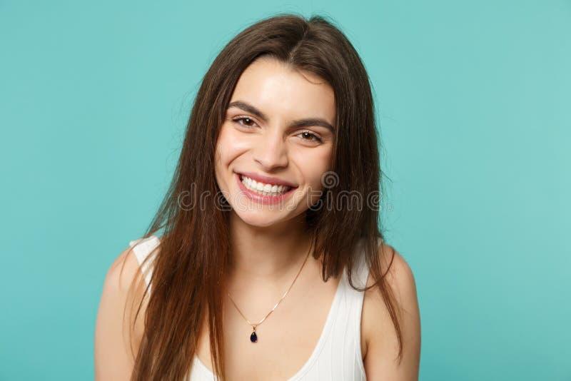 Retrato da jovem mulher bonito engraçada de sorriso na roupa ocasional leve que olha a câmera isolada na parede azul de turquesa imagens de stock royalty free