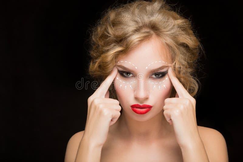Retrato da jovem mulher com as setas em sua cara fotos de stock royalty free