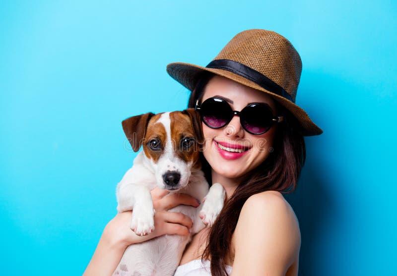 Retrato da jovem mulher com cão imagens de stock royalty free